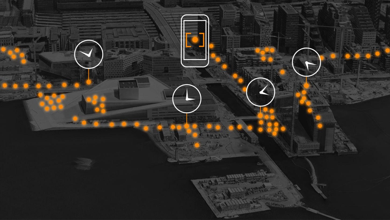 Et flyfoto av Oslo sentrum er såvidt synlig i bakgrunnen. En rekke prikker markerer steder på kartet, og de er tilknyttet en klokke på ulike steder for å symbolisere at de er sporene fra en mobiltelefon som har beveget seg rundt i sentrumsområdet.